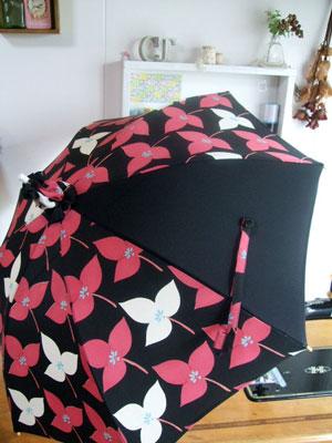 羽織から日傘にリメイク。1ピースだけ黒無地を合わせて…