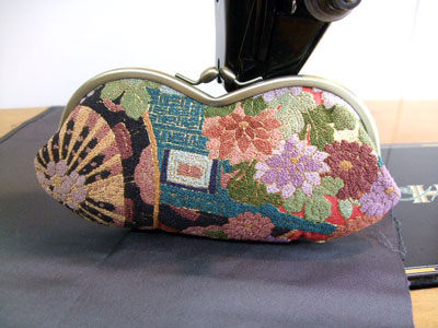 素晴らしい相良刺繍の振袖を使って金封入れとメガネケースをリメイク