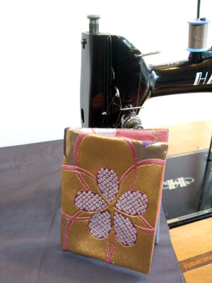 帯と着物生地を使って写真入れを製作致しました